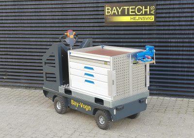 Værktøjsvogn, der står uden for Baytech i Hejnsvig